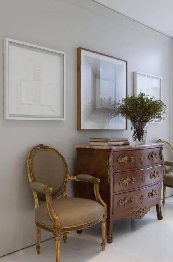decoração clássica com cômoda vintage de madeira Foto Roberto Migotto