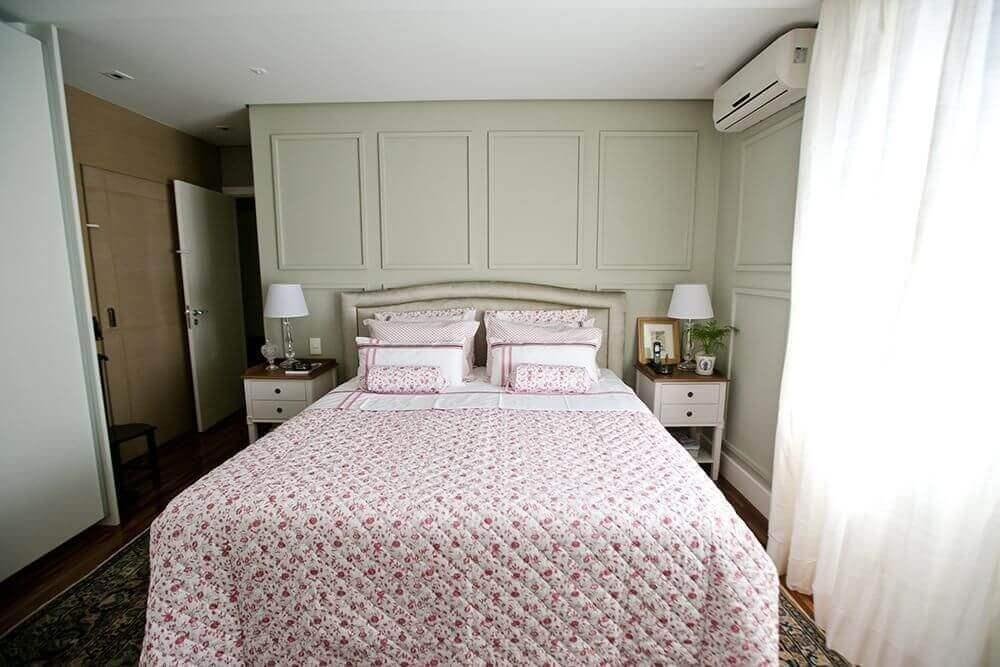 decoração clássica quarto de casal com cabeceira e com criado branco
