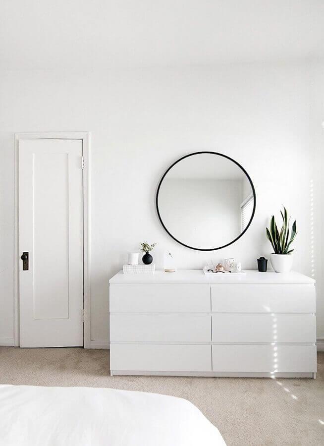 decoração clean com cômoda branca moderna e espelho redondo Foto Home Design