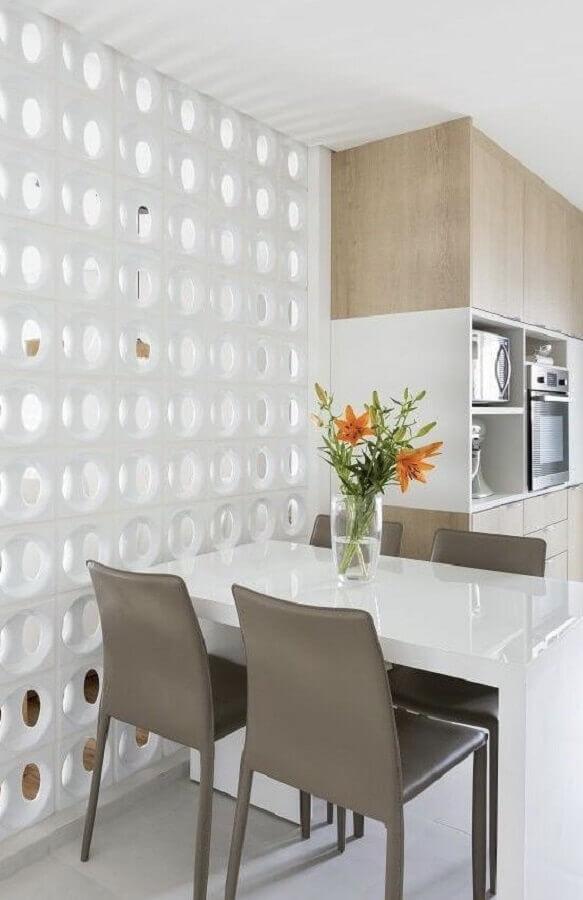 decoração clean para cozinha pequena com parede de cobogó branco Foto Pinterest