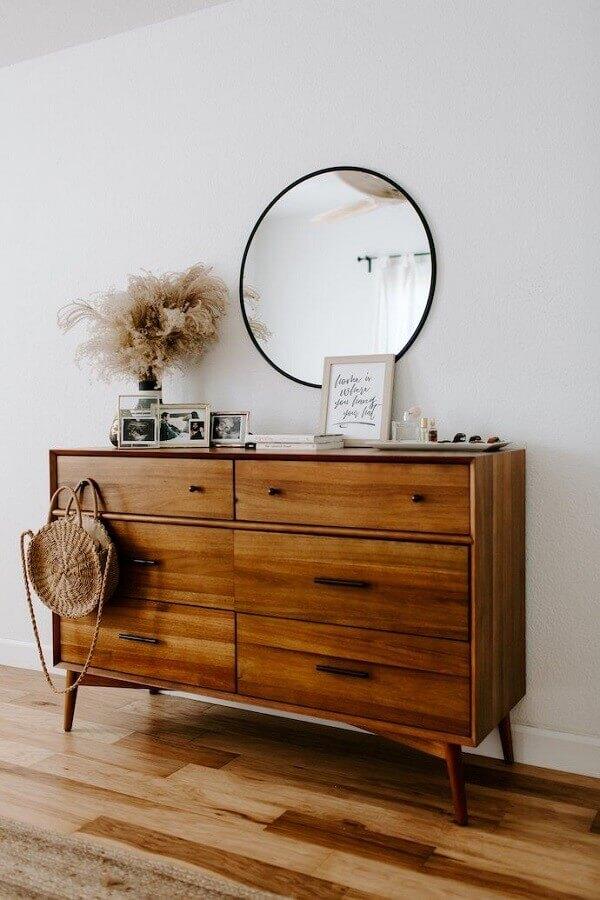 decoração com espelho redondo e cômoda de madeira retrô Foto Wood Save