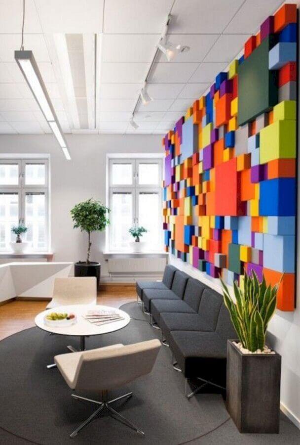decoração com móveis para escritório cinza e branco e parede colorida Foto Antena Stars