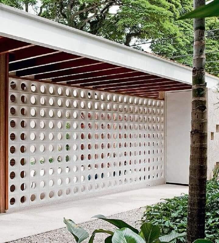 decoração de área externa com parede de cobogó branca Foto Mauricio Gebara Arquitetura
