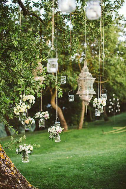 decoração de casamento garrafa flores brancas suspensas