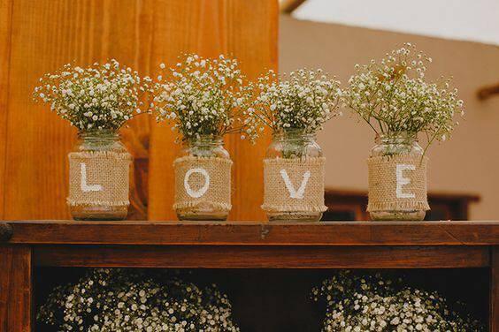 decoração de casamento garrafa flores brancas