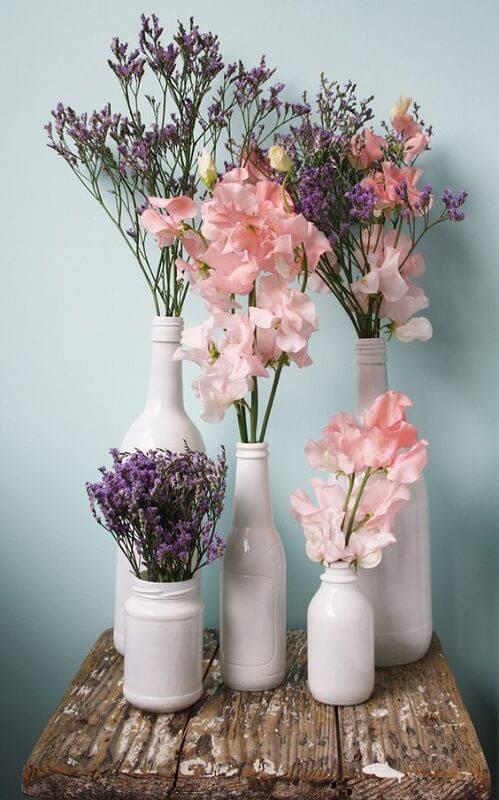 decoração de casamento garrafa flores roxas rosas