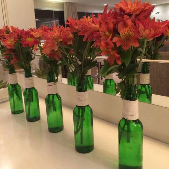 decoração de casamento garrafa verde flores vermelhas
