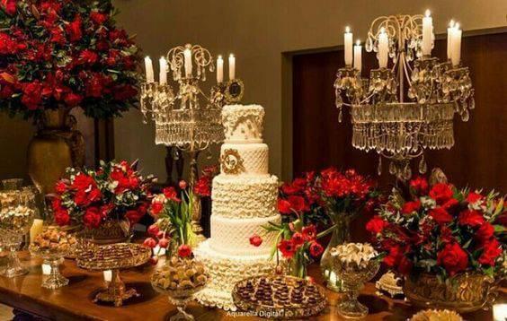decoração de casamento mesa do bolo flores vermelhas