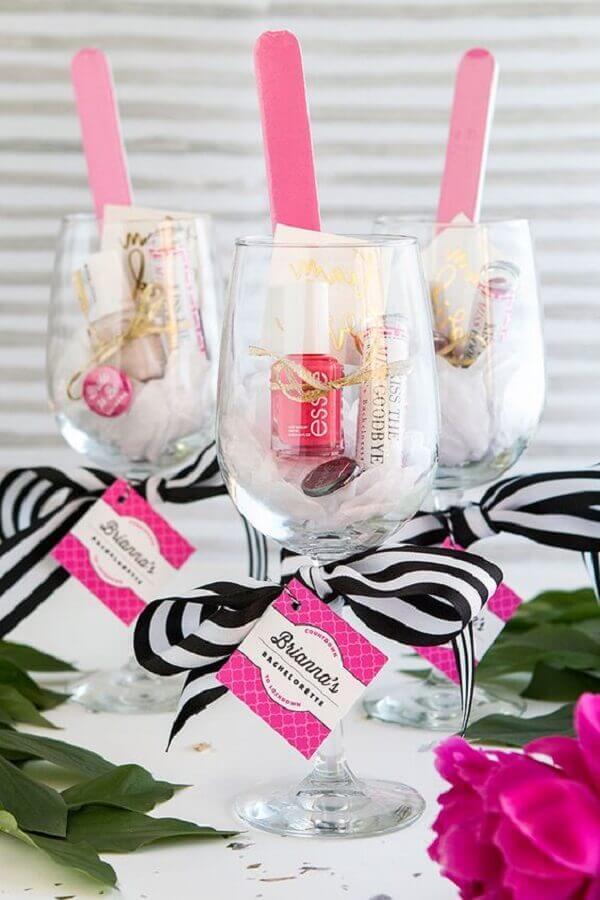 decoração de chá de cozinha com lembrancinhas dentro de taça Foto Yelp