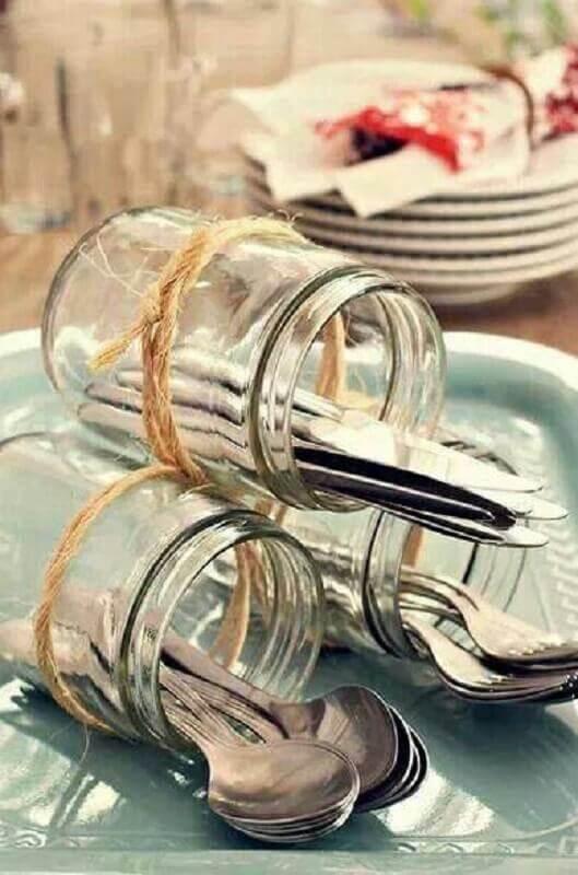decoração de chá de cozinha com potes de vidro como porta talheres