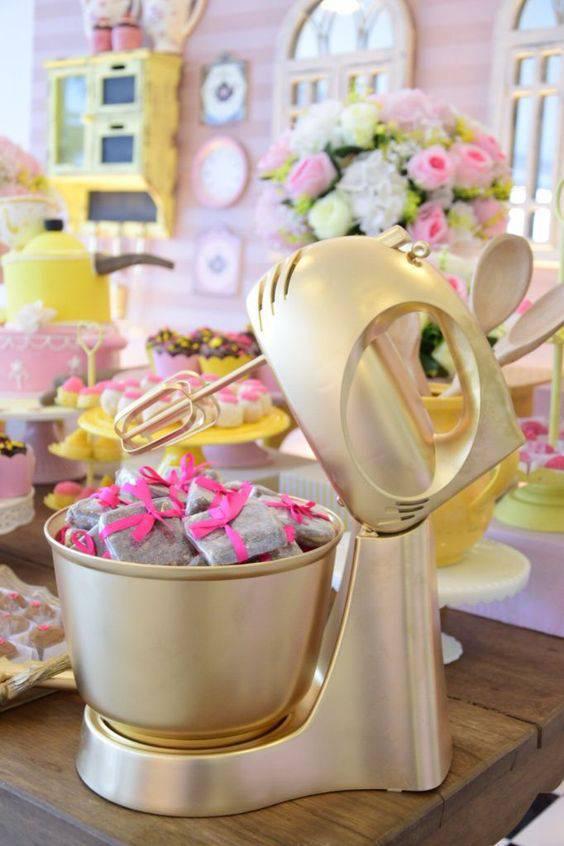 decoração de chá de panela - Batedeira dourada com flores