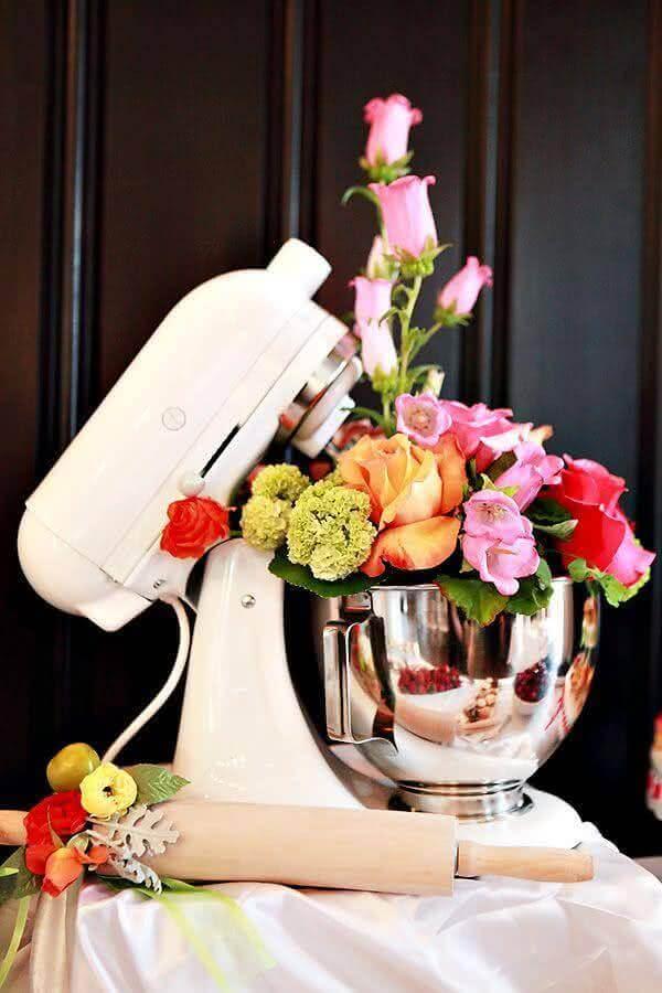 decoração de chá de panela com arranjo de flores em batedeira Foto Yasmina