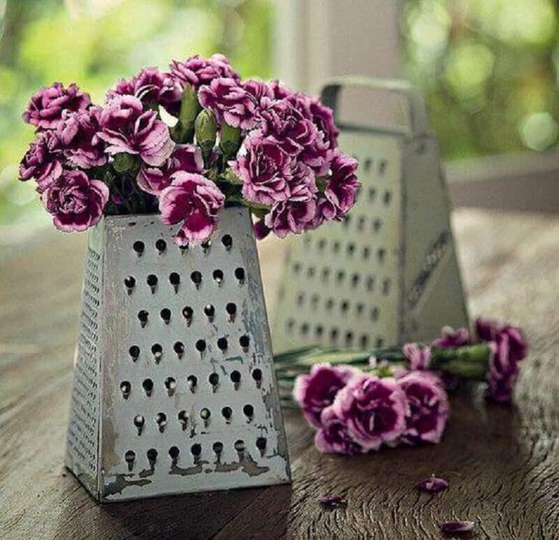 decoração de chá de panela com arranjo de flores em ralador de aluminio