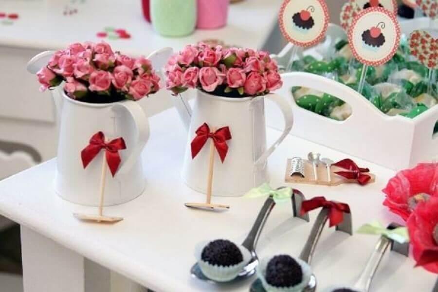 decoração de chá de panela com arranjos de flores em regador branco Foto Beyato