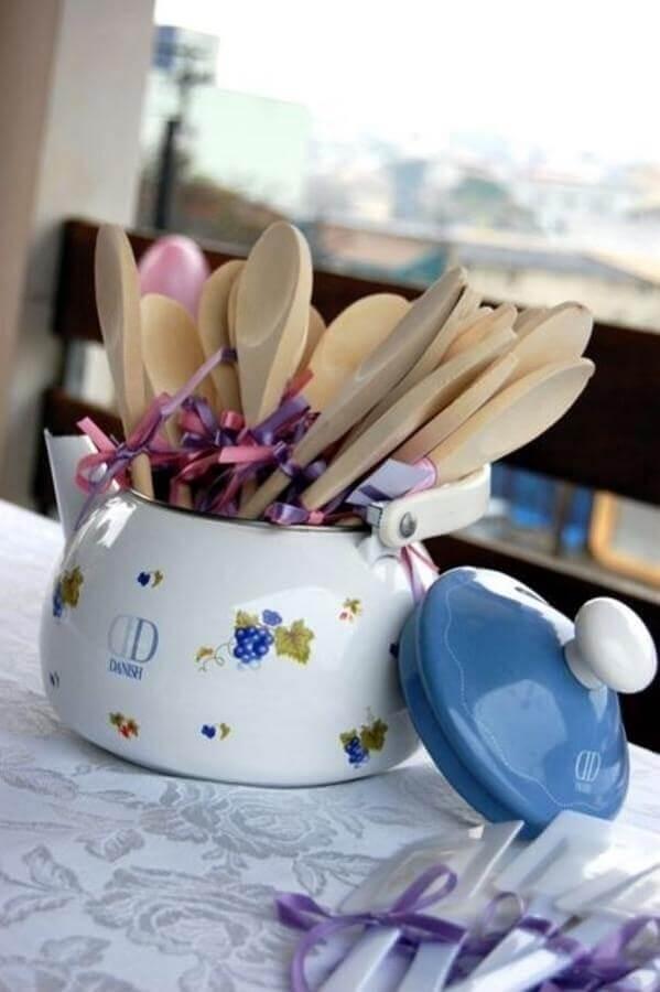 decoração de chá de panela com colheres de pau em bule de louça Foto FirePont