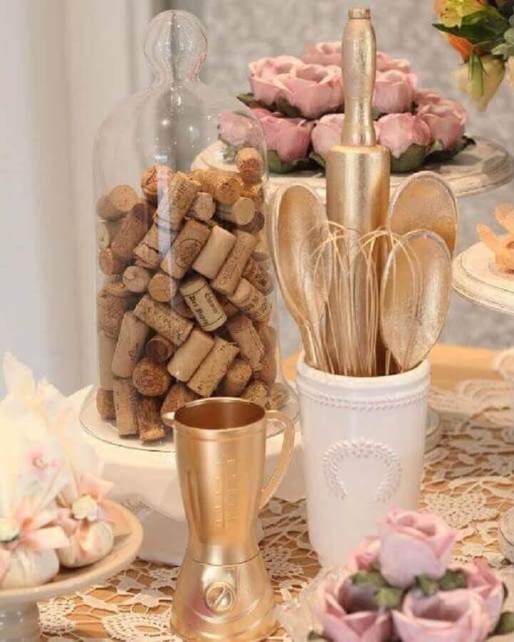 decoração de chá de panela com eletrodomésticos e utensílios de cozinha pintados de dourado