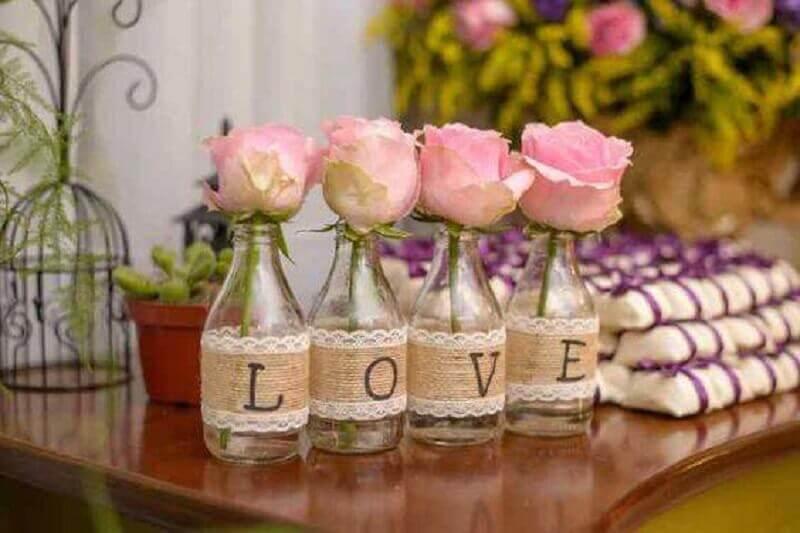 decoração de chá de panela com garrafas de vidro