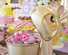 decoração de chá de panela com lembrancinhas dentro de batedeira dourada