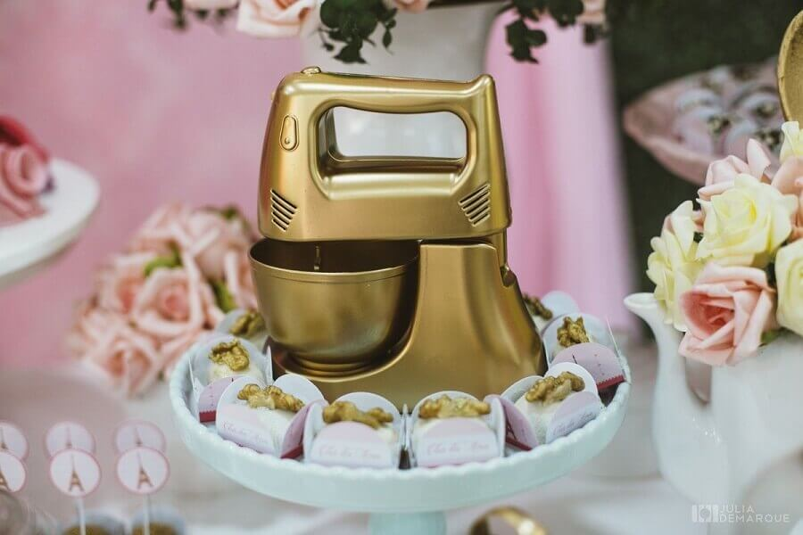 decoração de chá de panela com pequena batedeira dourada Foto Pinterest