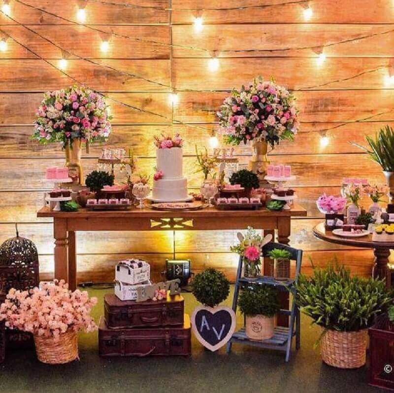 decoração de mesa de chá de panela com muitos arranjos de flores