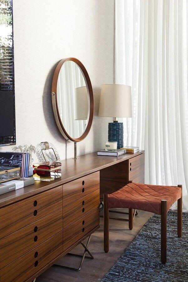 decoração de quarto com cômoda retrô de madeira e espelho redondo Foto Dado Castello