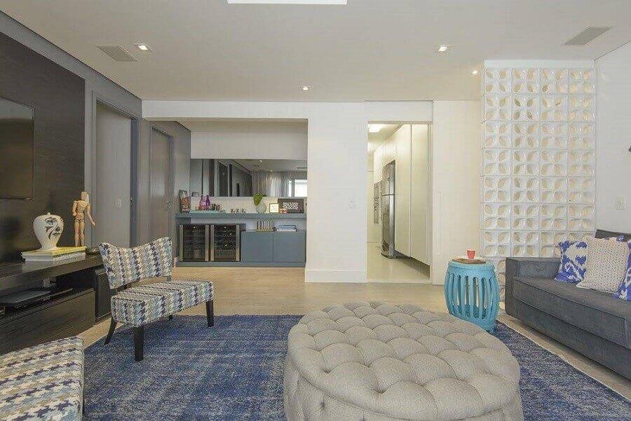 decoração em cores neutras para sala de estar com parede de cobogó cerâmico branco Foto D2N Arquitetura + Interiores