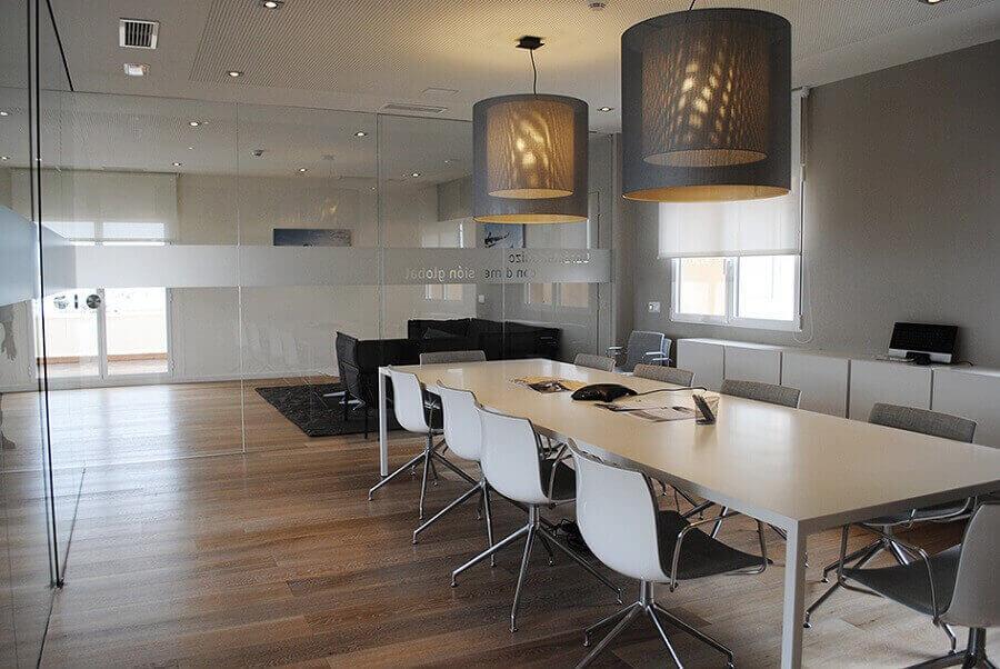 decoração minimalista com móveis para escritório e luminárias arrojadas Foto eQ!