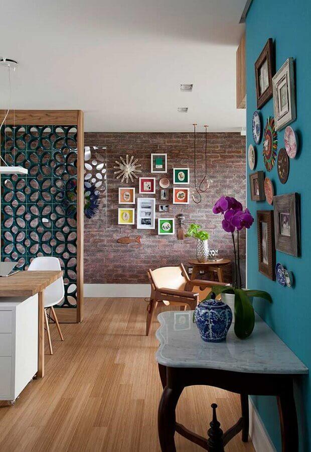 decoração moderna para sala com parede de tijolinho e cobogó cerâmico Foto Decora Gi