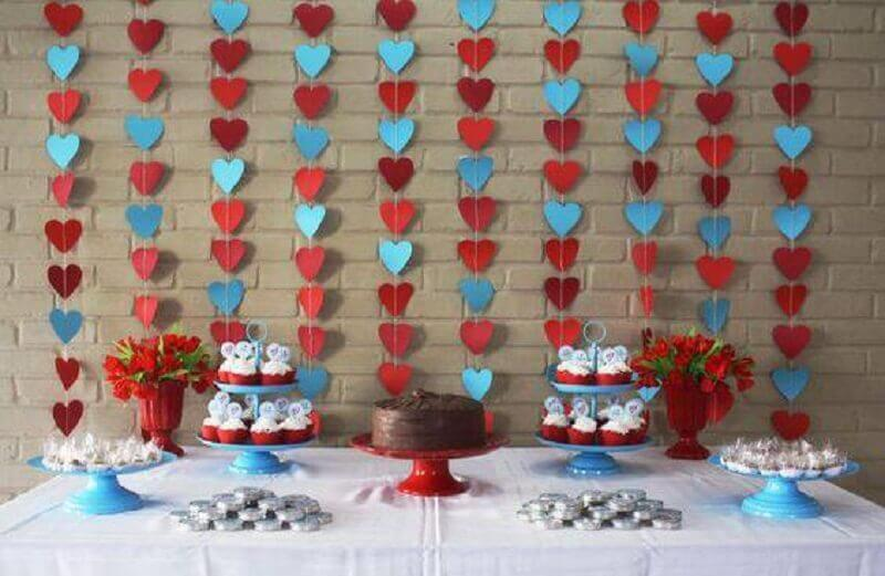 decoração para chá de panela com cortina de corações