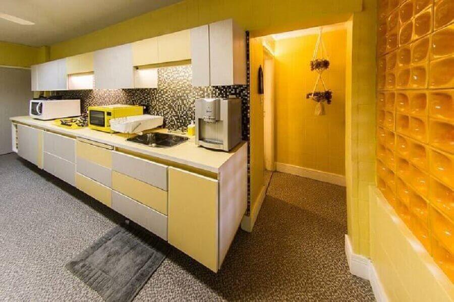decoração para cozinha amarela com parede de cobogó cerâmico Foto Malu Junqueira