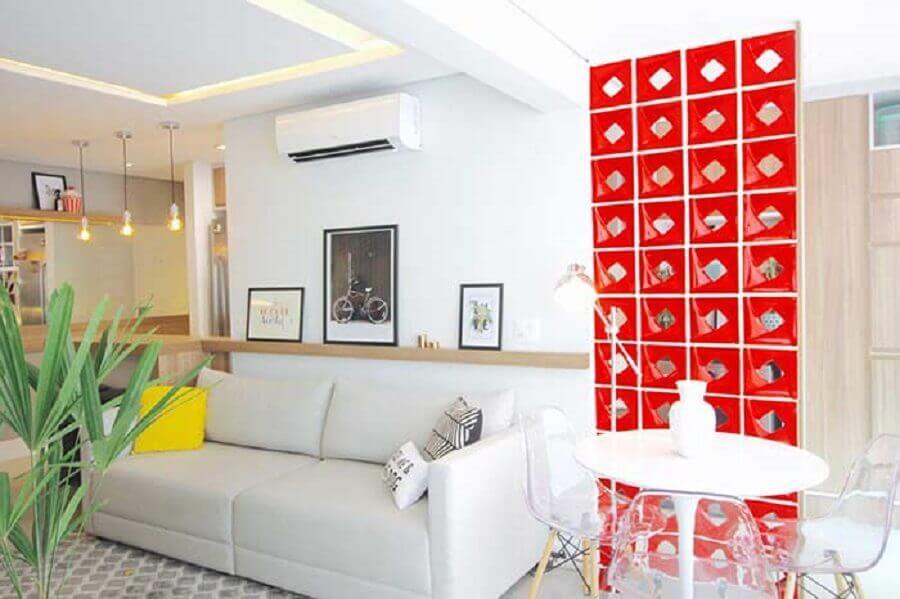 decoração para sala toda branca com cobogó cerâmico vermelho Foto Glaucio Gonçalves