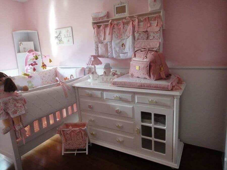 decoração quarto de bebê rosa com cômoda branca Foto Fernando de Camargo