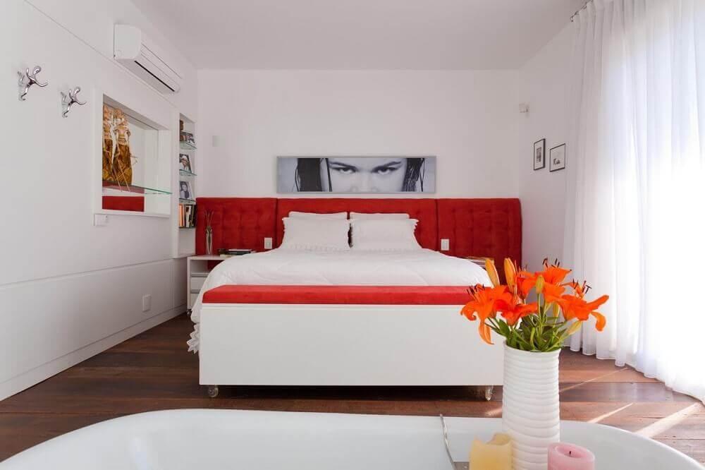 decoração quarto de casal com cabeceira estofada vermelha de veludo