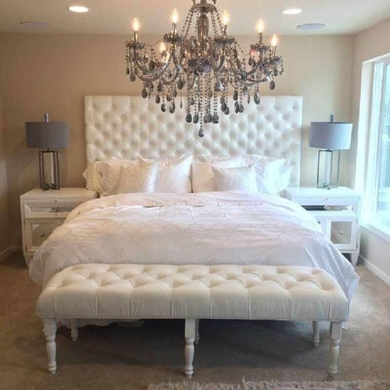 decoração quarto de casal com lustre sofisticado cabeceira com criado mudo branco