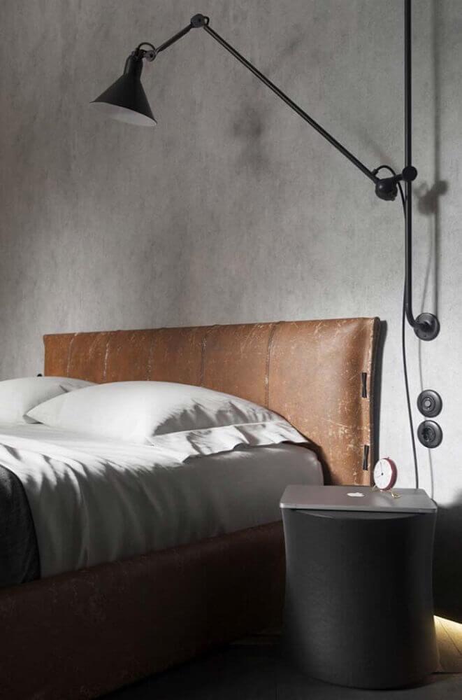 decoração quarto de casal com parede de cimento queimado e cabeceira de couro