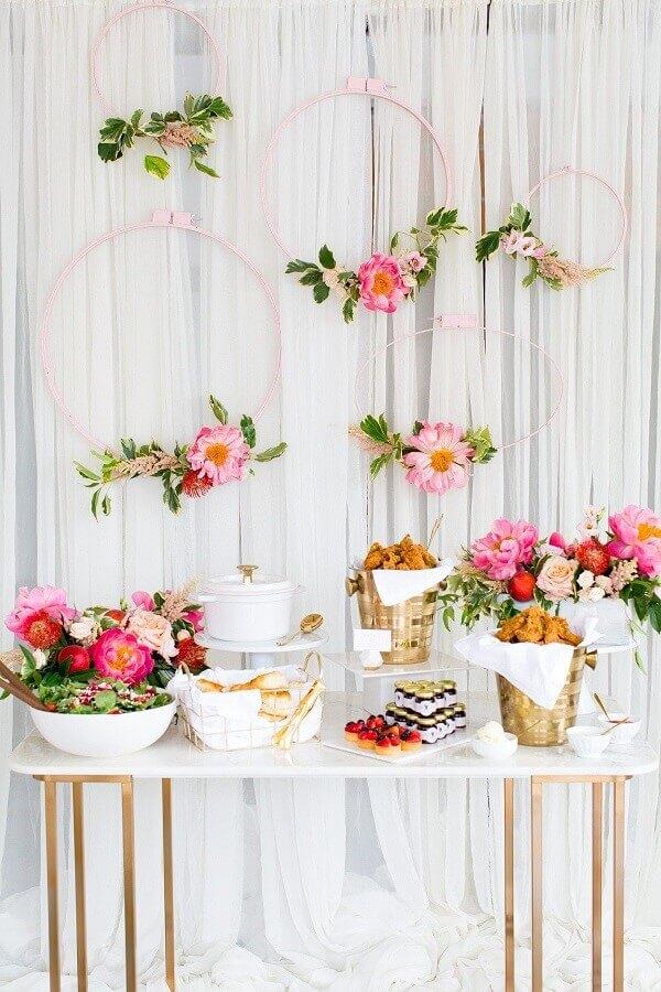decoração romântica com arranjos de flores para chá de panela Foto Aaron Guides