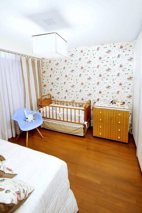 decoração simples para quarto de bebê com cômoda de madeira Foto Coutinho + Vilela
