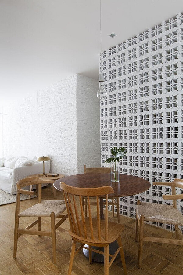 decoração toda branca para sala de estar e jantar com parede de cobogó de concreto Foto Alan Chu