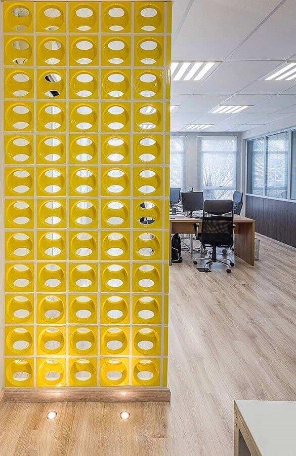 divisória de escritório com cobogó cerâmico amarelo Foto Viviana Reis Design de Interiores