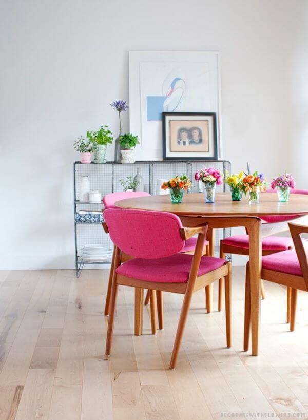 Flores coloridas como enfeite de mesa