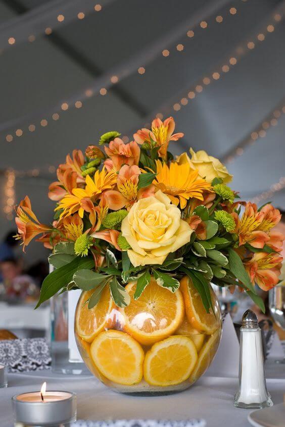 Mesa com frutas e flores de enfeite de mesa