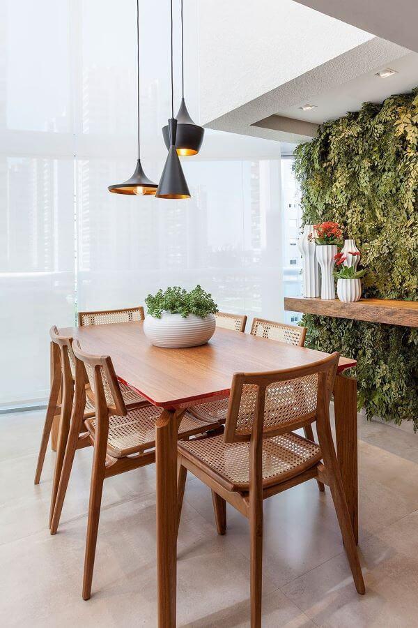Enfeite de mesa com vaso e plantas