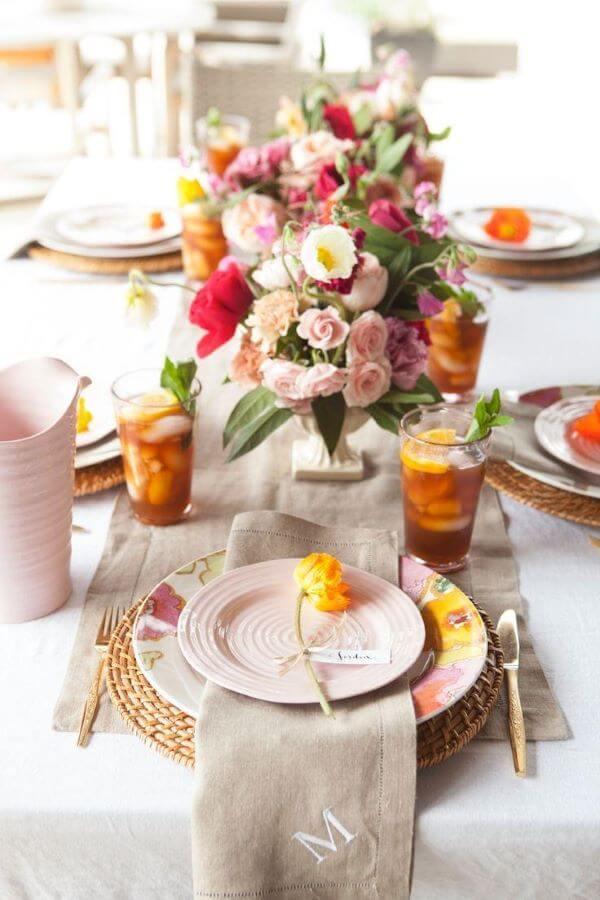 Enfeite de mesa floral colorido e alegre