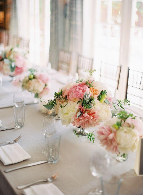 Arranjos de flores como enfeite de mesa