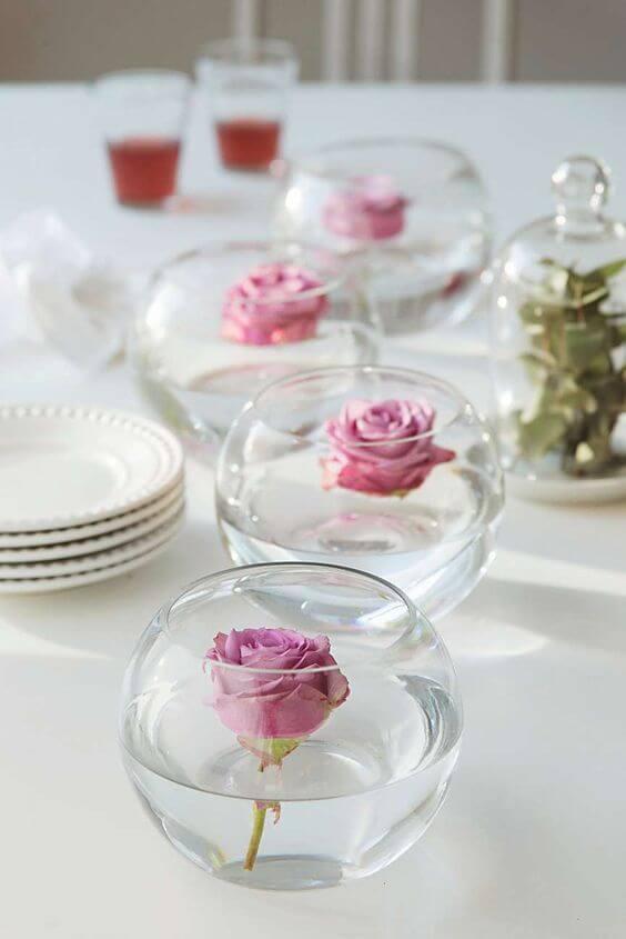 Enfeite de mesa com flores no vaso