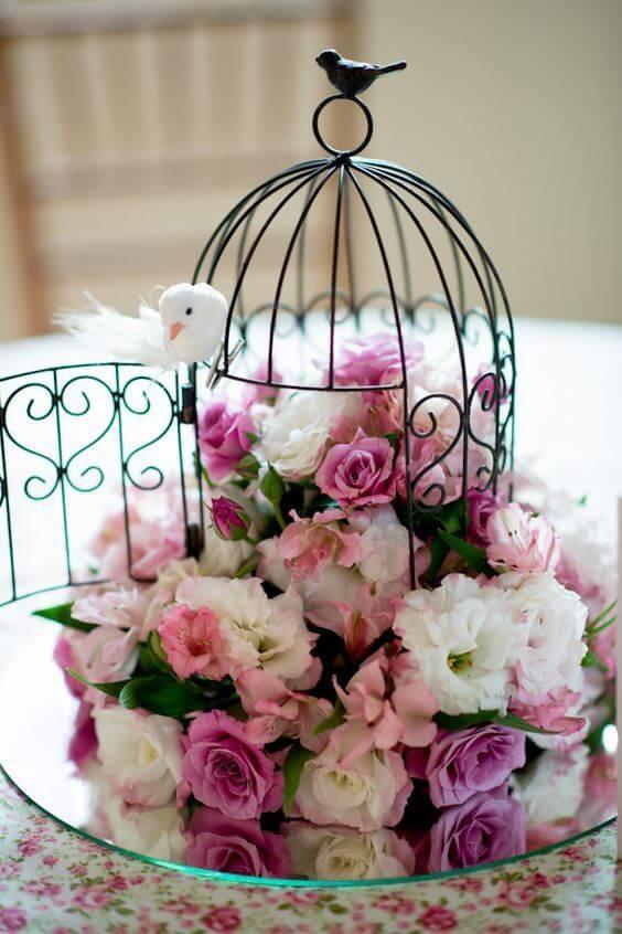 Enfeites de mesa com flores na gaiola
