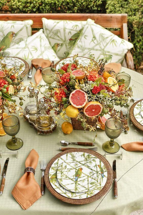 Enfeites de mesa com frutas e plantas