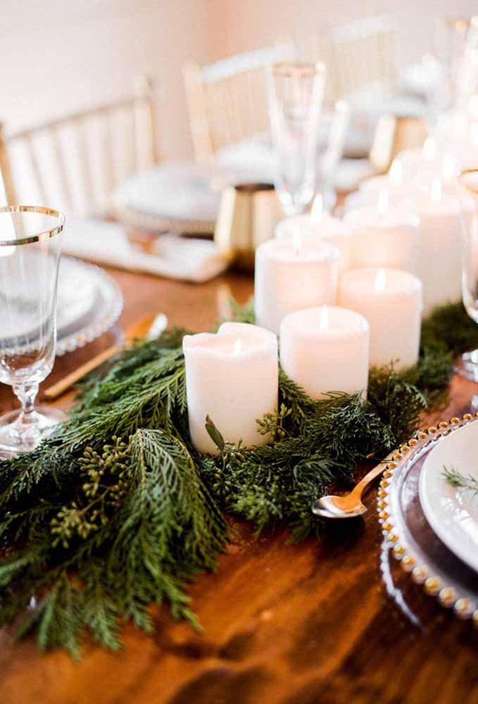 Enfeites de mesa com velas e plantas