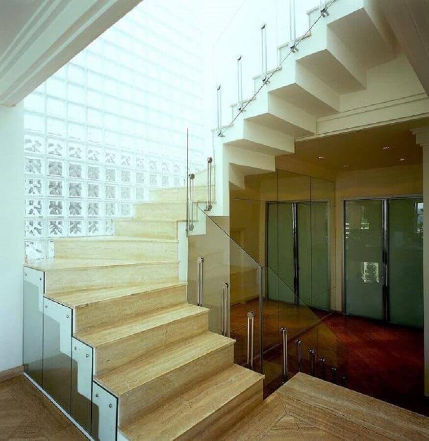 escada com guarda corpo e cobogó de vidro Foto Brunete Fraccaroli.