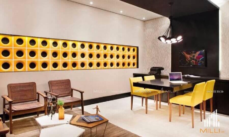 escritório decorado com cobogó cerâmico amarelo Foto Pinterest